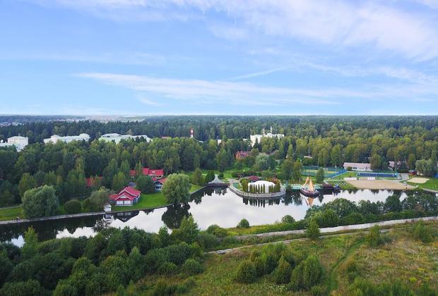 «Красные дьяволы», или игроки сборной Бельгии, выбрали загородный отель «Москоу Кантри Клаб». Комплекс, в который помимо гостиничных корпусов входит гольф-клуб международного класса, расположен в поселке Нахабино-1 Красногорского района.
