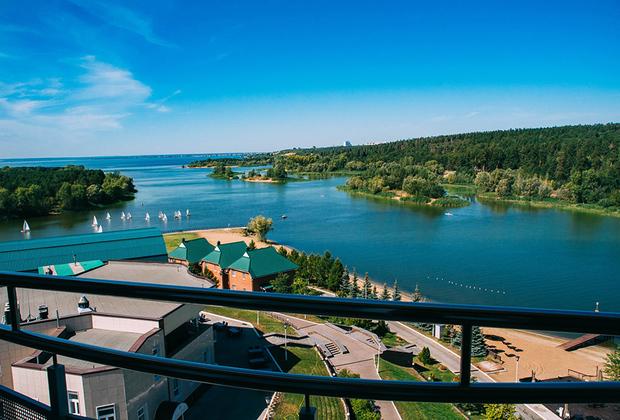 Швейцарцы — настоящие ценители природы — остановились в отеле Lada-Resort на берегу Волги. Гостиницу окружают Жигули — конечно, не Альпы, но все же с видом на горы игроки не будут слишком скучать по родине.