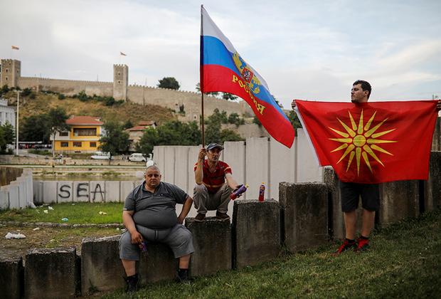 Cеверо-запад Македонии практически неотличим от соседних Албании и Косова, тем более что формальной границы с ними фактически не существует. Рекламные постеры косовских политиков, висящие в албанских деревнях на территории Македонии, многочисленные мечети, наличие в школах северо-запада учебников, отпечатанных в Тиране или Приштине, лишь усугубляют ощущение, что Скопье эту территорию уже не контролирует.