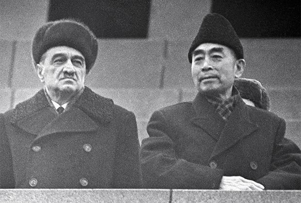 Член Президиума ЦК КПСС Анастас Иванович Микоян (слева) и заместитель председателя ЦК Коммунистической партии Китая Чжоу Эньлай (справа) на трибуне Мавзолея Ленина, 1964 год