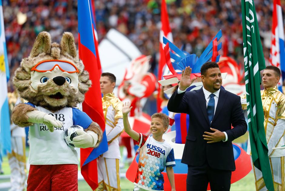 Двукратный чемпион мира бразилец Роналдо должен был дать первый пас символу российского мундиаля — Забиваке, однако доверил это юному футболисту.