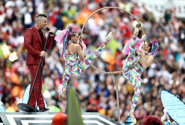 Британский певец Робби Уильямс стал главным действующим лицом на церемонии открытия. Вместе с солисткой Венской оперы Аидой Гарифуллиной он исполнил несколько песен.