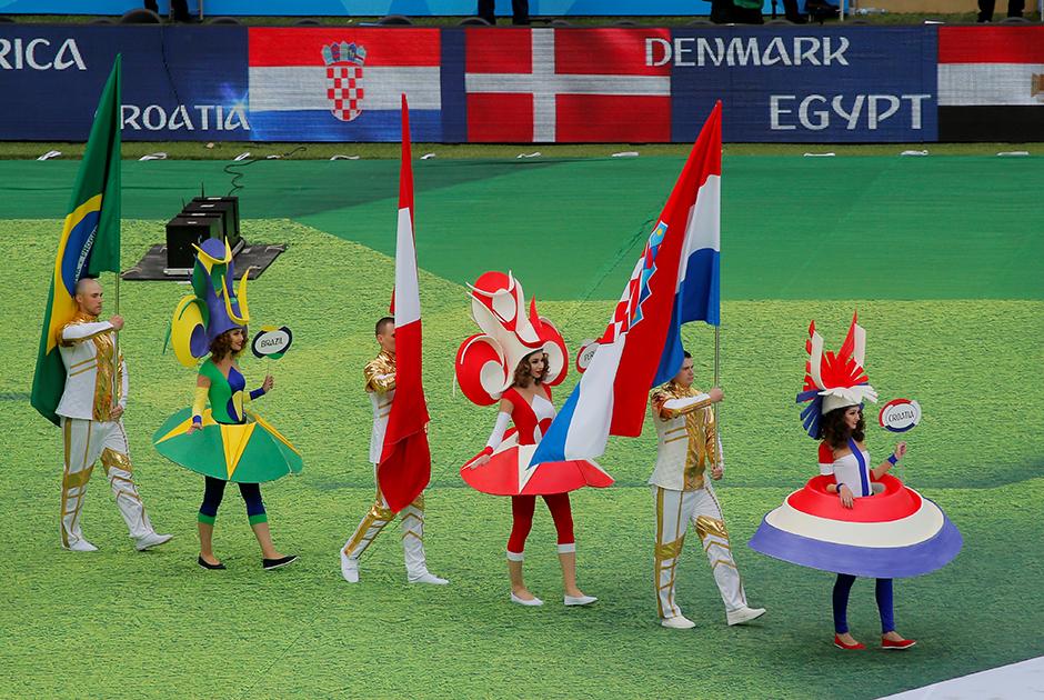 Девушки в костюмах стран мира представили 32 команды-участницы чемпионата.