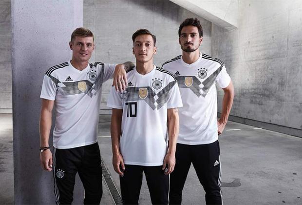 Орнамент на форме сборной Германии повторяет оный на футболке 1990 года, но вместо цветов флага он в духе времени выполнен монохромным.