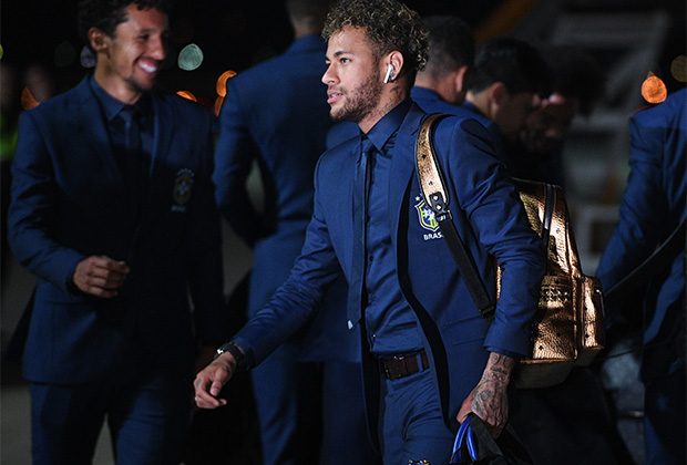 Но даже иранцы не смогли поспорить с бразильцами, которые сделали ставку на total-blue. Латиноамериканский шик облику лидера сборной Неймара-джуниора придал золотистый рюкзак.