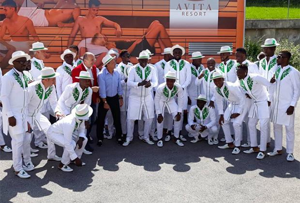 Свою вторую победу нигерийцы одержали, выбрав для путешествия сочетание этибо-уоко и шляпы. Самый модный лук дельты Нигера не оставил никого равнодушным, и «суперорлы» вновь собрали восторженную прессу.
