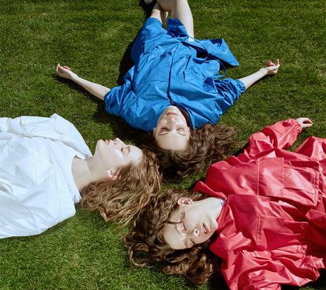Дизайнер Виктория Андреянова представила под своим брендом лимитированную серию женских плащей в цветах российского триколора, созданную специально к чемпионату мира по футболу-2018.