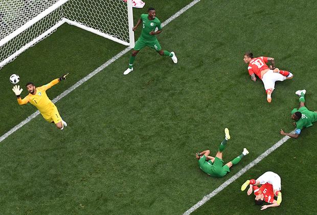 Уже после первого тайма сборная России вела со счетом 2:0. Первый мяч на чемпионате мира забил полузащитник Юрий Газинский.