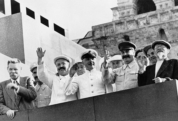 В первом ряду справа налево: Михаил Калинин, Иосиф Сталин, Климент Ворошилов, Вячеслав Молотов, Максим Горький на трибуне Мавзолея Ленина приветствуют парад физкультурников на Красной площади