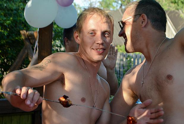 Из материалов уголовного дела: Роман Черников во дворе своего дома. Фотография сделана летом 2016 года