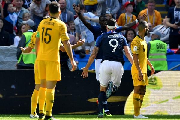 Футболисты сборной Франции и Австралии