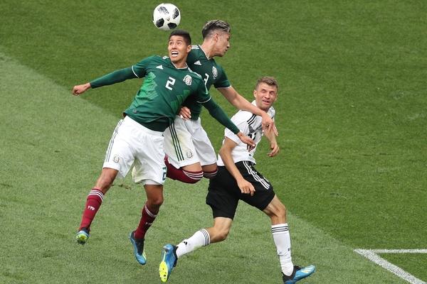 Футболисты Германии и Мексики