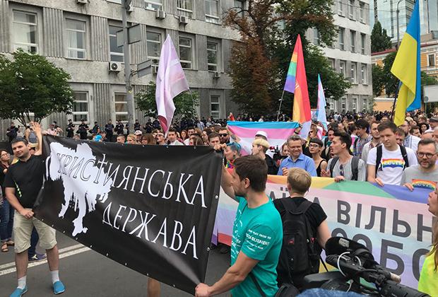 Сторонники традиционных ценностей пытаются остановить гей-парад