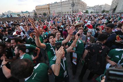 Перуанец сунул руку в карман болельщика из Мексики