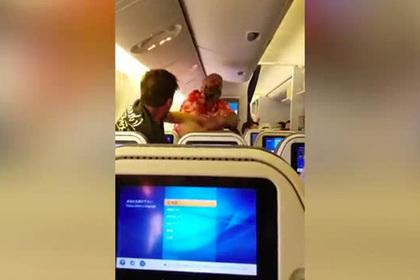 Пьяный пассажир подрался в самолете и остался без рубашки