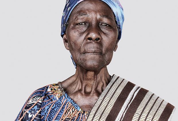 Эта фотографическая серия являет собой особый подход к концептуальному искусству и документалистике. Фотограф исследует жизнь своей бабушки через оставшиеся предметы из ее приданого: одежда, украшения, зеркала и так далее. Такие предметы семья жениха приносит в качестве символа, чтобы скрепить союз между двумя семьями, двумя кланами, двумя этническими группами, материализуя их взаимное согласие. Снимая эти предметы, художник пытается показать, что объект никогда не раскрывается, а лишь является молчаливым свидетелем. Каждый кадр несет в себе множество воспоминаний, пережитых парой. Удивительная история жизни была отмечена в шорт-листе конкурса.