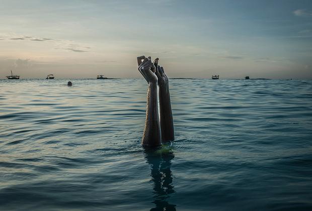 Всем учащимся плавать на Занзибаре предоставляются закрытые купальники — буркини. Несмотря на то что, на первый взгляд, это кажется унизительным, на самом деле образование женщин и обучение их жизненно важным навыкам становится первым шагом к эмансипации.  <br> <br>  Такие уроки бросают вызов патриархату, который ограничивает деятельность женщин домашним хозяйством. Признанная в числе победителей серия фотохудожницы Бойазис показывает становление африканских женщин на путь к освобождению.