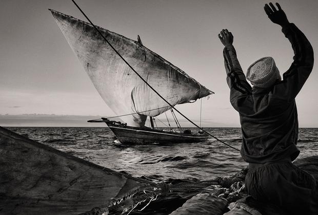 Побережье Суахили на востоке Африки является уникальным историческим и культурным объектом. Веками торговцы плавали под муссонными ветрами, позволяя местным портам быстро обогащаться. Однако в последние годы эта идиллия нарушается.  <br> <br>  Вошедшая в шорт-лист конкурса серия «Шесть градусов на юг» — попытка задокументировать реальность для будущих поколений.