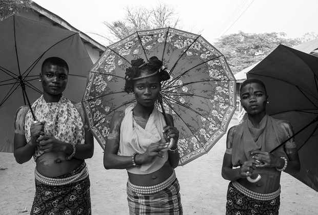 «Monankim» стала изображением контрастирующих ценностей фотохудожника, так как она сама происходит из одного из племен бакорского меньшинства.   <br> <br>  Ритуал «вступления в женственность» очень спорный и подвергается критике. Фотографии вошли в шорт-лист конкурса.