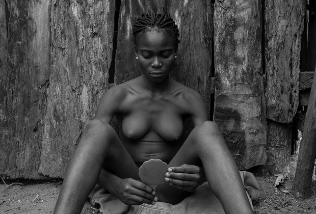 Monankim — слово из языка народа Бакор, группы племен из штата Кросс-Ривер в Нигерии. Так называют девственницу 14-18 лет, над которой проводится специальный местный ритуал «вступления в женственность» — обрезание. После операции девушка восстанавливается несколько недель, а затем предстает перед обществом в праздничной обстановке. Ее уважают как сексуально зрелую женщину, сохранившую свою чистоту: такие девочки становятся завидными невестами.  <br> <br>  Однако обряд несет серьезную опасность: некоторые девочки умирают после обрезания. Проект Женевьев Акен представляет тех девушек, которые были напуганы перспективой пройти через боль ради своего успешного будущего, и тех, кто с нетерпением ждал участия в обряде.