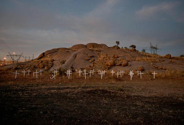 Резня в Марикане 16 августа 2012 года стала ужасающим примером применения силы со стороны государства и послужила жестоким пробуждением для всей ЮАР со времен апартеида. Тридцать четыре шахтера были убиты: вскрытия показали, что многие были застрелены в спину, голову или на близком расстоянии. Это изменило отношения между южноафриканцами и правительством.  <br> <br>  Проект выявляет финансовый и эмоциональный вакуум, создаваемый трагическими смертями, и его последствия для семей и общин. Серия-погружение в загадочный мир сложных взаимоотношений стала одной из победительниц конкурса.