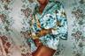 Серия «Пластиковые короны» родилась из идеи престижности этого королевского символа. По мнению фотографа, каждая женщина может примерить этот аксессуар и представить себя хозяйкой жизни. В работах художница умышленно имитировала кадры из кинофильмов.  <br> <br>  Таким образом фотограф Фумзайл Канайал показала борьбу со стереотипами. Она задается вопросами, что произойдет, если девушка будет открыто вести себя так, как нравится ей, а не обществу или ее семье. Что будет, если она «вовремя» не выйдет замуж, начнет курить или будет демонстрировать оголенные ноги?