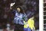 Рене Игита вошел в мировую историю как изобретатель «удара скорпиона», вратарь и одновременно штатный исполнитель пенальти и штрафных сборной Колумбии, друг Пабло Эскобара, а также обладатель одной из самых пышных шевелюр в истории чемпионатов мира. Игита блистал на чемпионате мира в 1990 году в Италии, а вот на первенство 1994 года в США не попал. Колумбийцы пробились на мундиаль, но Игита в это время сидел в тюрьме по обвинению в организации похищения ребенка.