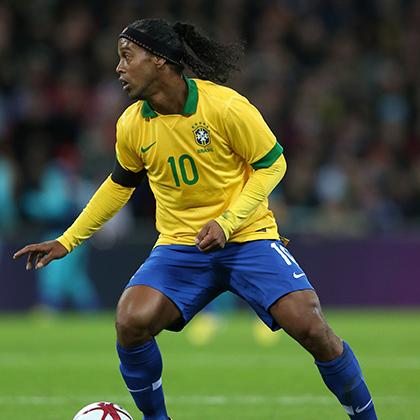 Одной из главных сенсаций чемпионата мира 2002 года стал Роналдиньо. Молодой бразилец забил на том турнире всего два мяча, но один из них стал победным в матче против англичан и самым красивым во всем турнире. Длинные кудрявые волосы Роналдиньо были одним из символов победного для бразильцев чемпионата мира.