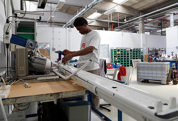 Нигерийский беженец работает на итальянском заводе по переработке мусора