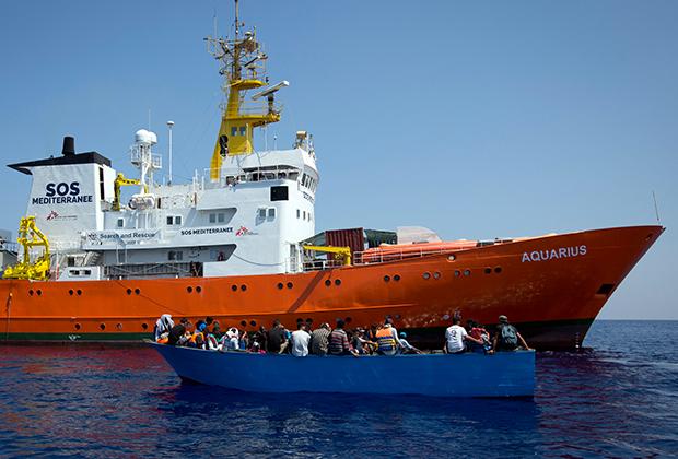 Мигранты в лодке около спасательного корабля «Врачей без границ»