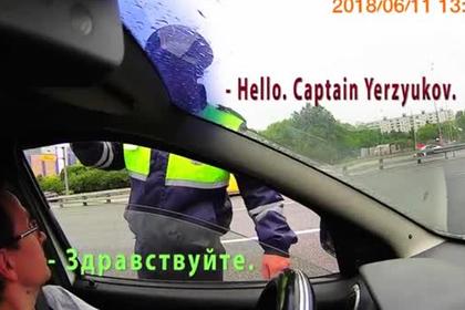 Гаишников засняли за тщетными попытками диалога с англоговорящим водителем