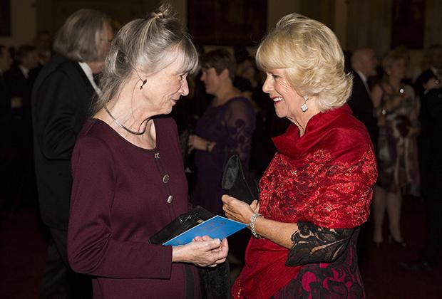 Энн Тайлер беседует с женой принца Чарльза герцогиней Корнуольской Камиллой