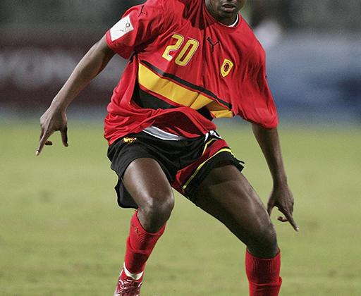 Как у Роналдо, только хуже, — примерно так можно охарактеризовать прическу защитника сборной Анголы Мануэля Канже на чемпионате мира 2006 года в Германии. Вместо банальной челки он оставил на выбритой голове несколько толстых косичек, напоминавших червяков. Как тут не вспомнить, что в Анголе футболист получил прозвище Локо — сумасшедший.