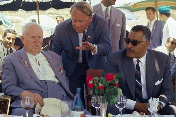 Первый секретарь ЦК КПСС Никита Сергеевич Хрущев и президент Египта Гамаль Абдель Насер в Луксоре, май 1964 года
