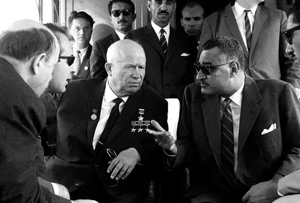 Первый секретарь ЦК КПСС Никита Хрущев и президент Египта Гамаль Абдель Насер во время встречи в Египте.