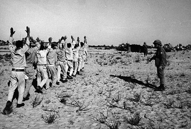 Египетские военнослужащие, взятые в плен израильскими войсками на Синайском полуострове во время Шестидневной войны, июнь 1967 года.