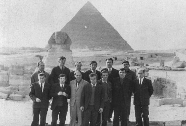 Личный состав 35-й отдельной разведывательной авиационной эскадрильи советских ВВС на экскурсии в Гизе. Египет, 1971-1972 годы.