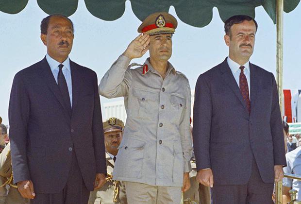 Слева направо: президент Египта Анвар Садат, председатель Совета революционного командования Ливии Муамар Каддафи и президент Сирии Хафез Асад во время переговоров о создании Федерации Арабских Республик. Дамаск, август 1971 года.