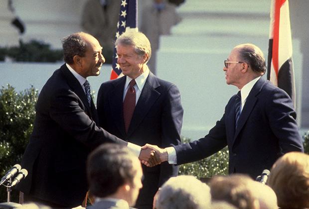 Слева направо: президент Египта Анвар Садат, президент США Джимми Картер и премьер-министр Израиля  Менахем Бегин после подписания мирного договора между Израилем и Египтом. Вашингтон, март 1979 года.
