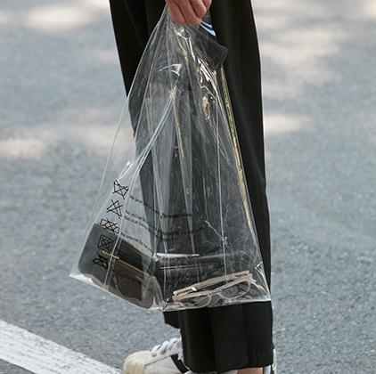 Мода на сумки-пакеты придется по вкусу постоянным клиентам «Ашана» и «Пятерочки», которым приходится на входе в любимые супермаркеты запаивать сумки в пакеты. Тот случай, когда и в пир, и в мир.