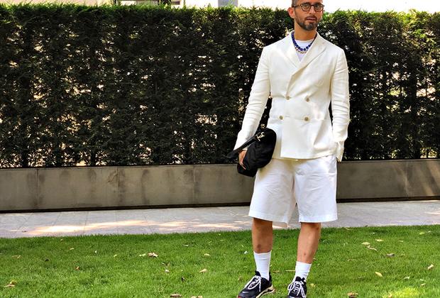 Главное — ничего не бояться и делать максимально умный вид. Тогда и двубортный пиджак отлично сочетается с шортами и футболкой.