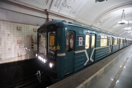 Пассажир московского метро упал на пути и поплатился