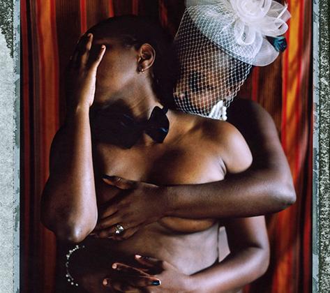 """Джи и Кью — женатая пара женщин из Уганды. Впрочем, их брак не признан, так как в их стране лесбиянство — это нечто за пределами нормы, извращение, заболевание, которое нужно лечить. Им приходится постоянно притворяться сестрами, чтобы вписываться в общественные рамки. <br> <br> «На нас нападали мужчины, заметившие, что мы пара. Однажды компания мужчин подошла к нам в ночном клубе и начала приставать. Когда они поняли, что мы вместе, принялись нас оскорблять фразочками вроде """"тебя нужно изнасиловать, чтобы выбить из тебя эту глупую симпатию к девчонке"""". Они обливали нас напитками и кидали бутылки, поэтому мы нечасто выходим в люди из-за страха за наши жизни. <br> <br> Мы редко надолго остаемся жить в одном доме из-за постоянных подозрений соседей, поэтому постоянно переезжаем и пытаемся приглашать мужчин с работы, чтобы они притворились нашими парнями. Соседи подсматривают за нами. Мы не можем объявить о своем браке, особенно после принятия закона о пожизненном заключении для гомосексуалистов. Из-за него о гомосексуализме узнало еще больше людей, а жить таким, как мы, в Уганде стало опаснее»."""