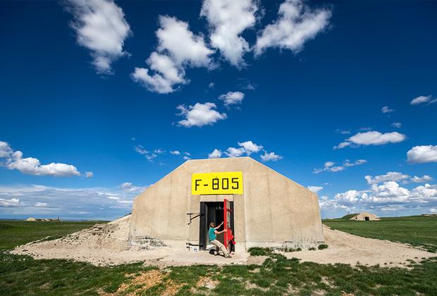 Бункер, расположенный в окрестностях Эджмонта (Южная Дакота), изначально предназначался для хранения армейских боеприпасов. Сегодня такие однотипные склады перестраиваются в интересах гражданских лиц в ядерные убежища. Аренда на 99 лет такого помещения обойдется минимум в 25 тысяч долларов. Все 575 бункеров способны вместить 5 тысяч человек, что делает их крупнейшим в мире поселением желающих пережить ядерную катастрофу.