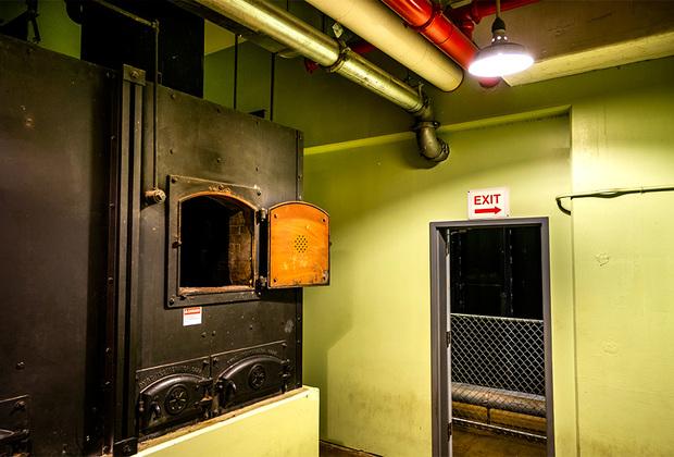 Печь для кремации в бомбоубежище, построенном к 1961 году под четырехзвездочным отелем «Гринбриер» (Западная Вирджиния). Бункер общей площадью более 34 тысяч квадратных метров был рассчитан на размещение всех 535 конгрессменов и такого же числа их помощников. В бомбоубежище также имелись камеры дезактивации, отделение интенсивной терапии и зал для брифингов. Стены этих помещений в толщину достигали 1,5 метра.