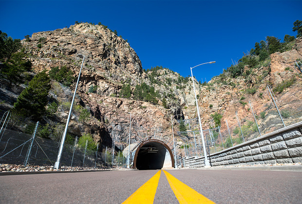 Северный вход в тоннель, ведущий в бывший командный пункт Командования воздушно-космической обороны Северной Америки. Является основным местом входа в секретный объект.