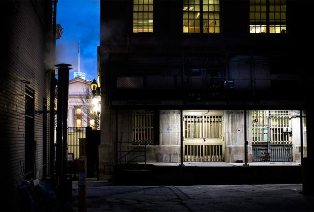 Защищенный черный выход с тыльной стороны здания Казначейства в Вашингтоне (округ Колумбия), в настоящее время известного как банк Фридмана. Здание связано с Белым домом двумя тоннелями. Один из них проходит под Пенсильванской авеню, второй — под Восточной административной авеню.