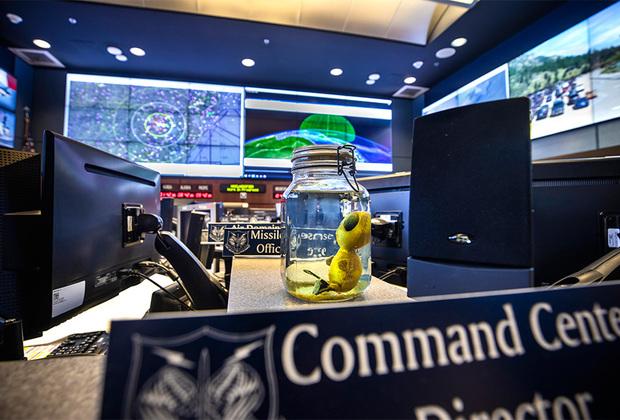 Игрушечный маленький зеленый инопланетянин в стеклянной банке украшает запасной командный пункт Командования воздушно-космической обороны Северной Америки, расположенный в недрах горы Шайенн.