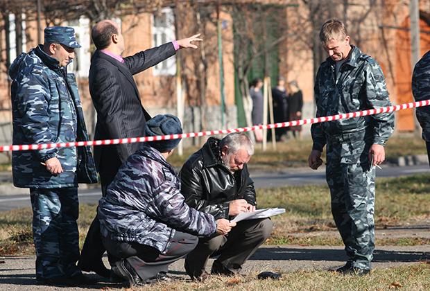 Сотрудники правоохранительных органов на месте покушения на мэра Владикавказа Виталия Караева