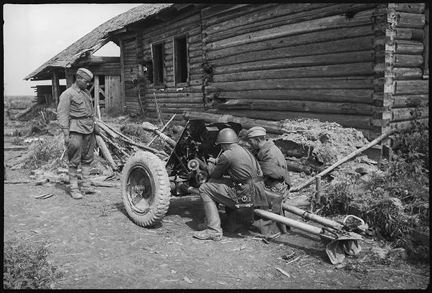 Бойцы изучают захваченную немецкую противотанковую пушку, чтобы вести из нее огонь по немецким танкам. Калининский фронт.